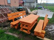 Masă și bănci din lemn rotund