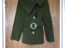Palton scurt verde De Blue, se incheie cu cinci nasturi mari