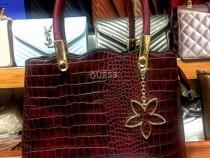 Geantă Guess model snake accesorii metalice aurii/Italia