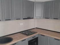 Bucătărie gri pe colț cu fronturi mic vopsit