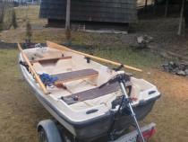Barca tip trimaran cu peridoc sonar și motor electric