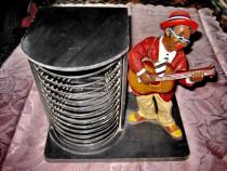 904-Stativ CD- uri statuieta Negru cantand la chitara.