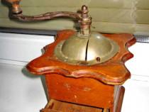 100AA-Rasnita mare antica de secol 19 in lemn.