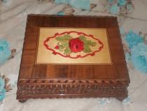 Cutie bijuterii din lemn sculptat cu intarse de furnir