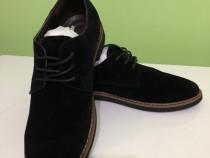 Pantofi negri, piele intoarsa ! Noi