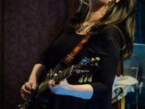 Profesoara de chitara dau meditatii la domiciliul elevului