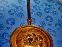 6537-Incalzitor vechi pt decor Corabie din alama maner lemn.