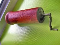 9777-Rasnita mica rotunda veche lemn-metal fund bombat.