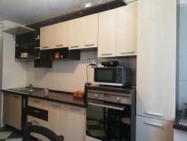 Mobilă de bucătărie şi maşină de spălat rufe