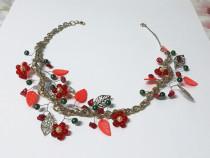 Colier scurt handmade cu flori rosii