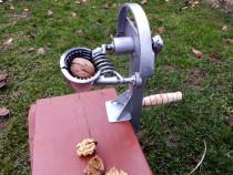 Dispozitiv de spart nuci cu manivela