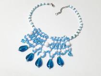 Colier albastru handmade, la baza gatului