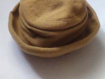 Caciula tip palarie de dama, din lana