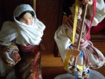 Păpuși vechi în costum tradițional românesc