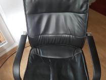 Scaun negru birou Mobexpert cu roti