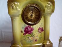 Ceas vechi, in carcasa de portelan, inc. sec. XX