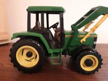 """""""John Deere"""" - macheta tractor cu încărcător"""