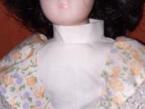 Papusa portelan, cu dimensiunea de aprox 27 cm