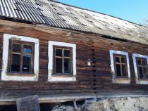 Casa veche din lemn (100 ani+)