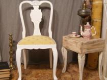 Scaune vechi din lemn albe tapitate reconditionate
