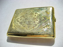 A281-Tabachera veche deosebita gravata in bronz aurit.