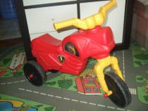 Tricicleta pentru copii fără pedale.