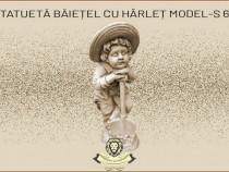 Statueta copil cu harlet, din beton, model S-60.
