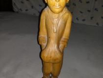 Figurina sculptata in lemn reprezentand un taran roman din a