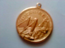 Medalie aurie metalica pe care scrie budapest, de colectie