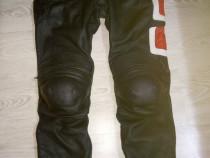 Pantaloni moto piele si casca