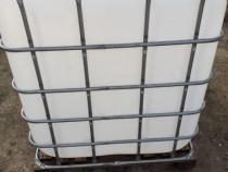 Rezervor IBC 1000 litri cu grilaj de metal și palet