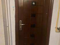 Ușa de intrare în apartament