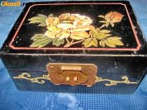 Caseta China veche cu trandafir alb alama pictata fond negru