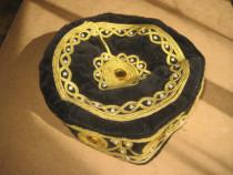 Fes oriental catifea neagra cu model cu fir auriu.