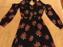 Rochie din voal de culoare neagra cu flori rosii.
