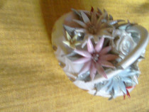 Cosulet vechi din portelan alb cu flori