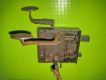 8359-Broasca veche usa poarta metal cu opritor.