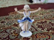 Fetita cu rochie albastra