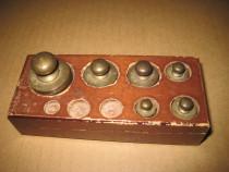 B188-Set 6 greutati cantar bronz cutie lemn marimi mici.
