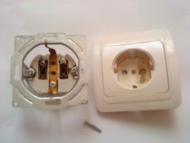 Priza perete din plastic-ceramica defecta ptr. piese gratis