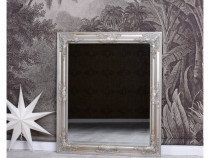 Oglinda cu o rama argintie