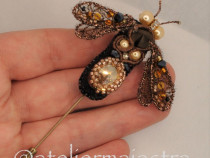 Brosa albina aurie 3D Swarovski handmade, brosa insecta