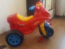 Tricicleta sub forma de motocicleta