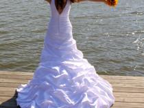 Rochie de mireasa tip sirena colectia Allure Bridal