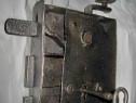 A204-Broasca mare metal veche cu cheie si opritor stare buna