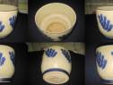 Jardiniera veche cu flori albastre din ceramica.