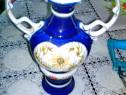 637a-Vaza tip amfora orientala alb-albastra din portelan.