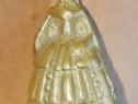 C977-Clopotel chemat la masa Doamna de epoca in costum bronz
