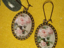Cercei handmade, cu caboson de sticla, trandafiri roz