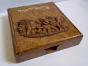 Cutie veche din lemn, decorată cu elefanți în basorelief